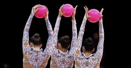 La Russie sattribue le titre de gymnastique rythmique par équipes.