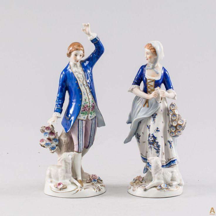 """Фарфоровая группа """"Романтическая пара""""состоящая из двух фигурок , Девушка с бубном и  Танцующий юноша. Клеймо производителя Sitzendorf.  Фарфоровая мануфактура Sitzendorf основана в 1760 году Георгом Генрихом Махелейдт (Macheleidt). В 1858 году завод был перестроен и заработал уже под руководством братьев Войт. Фактически массовое производство статуэток началось в городе Зитцендорфе лишь в 1884 году."""