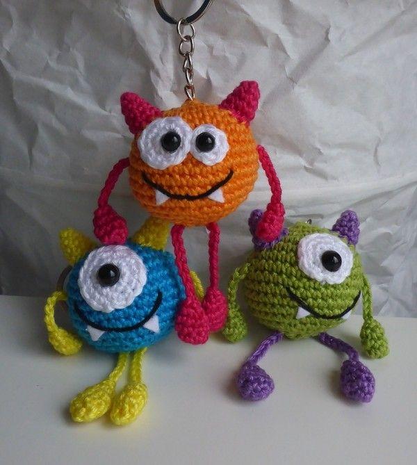 Hallo! Die kleinen Kugelmonster möchten gerne euer Leben bunter machen. Ob als Schüsselanhänger, Taschenbaumler oder Glücksbringer, die kleinen Kerlchen sind schnell gemacht und zaubern ein Lächeln in jedes Gesicht. Sie eigenen sich auch hervorragend