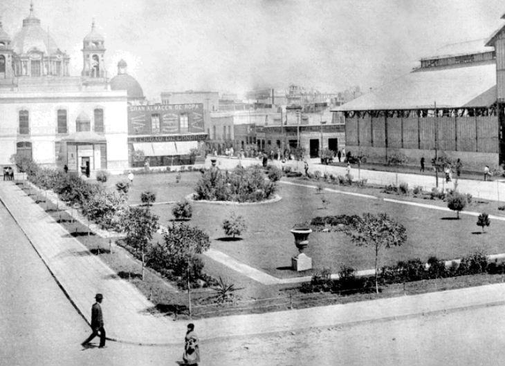 La casi irreconocible Plaza de San Juan, también llamada Plaza Pugibet alrededor de 1904. Del lado derecho se aprecia el antiguo Mercado de San Juan, consumido por un incendio y demolido a mediados del siglo XX, donde hoy se encuentra el mercado de artesanías de San Juan  Colección Villasana-Torres