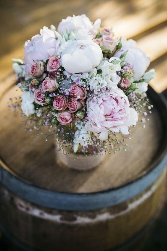 Casamento casual no jardim com uma cerimônia de casamento grátis   – Blumen für die Hochzeit – #wedding #hochzeit