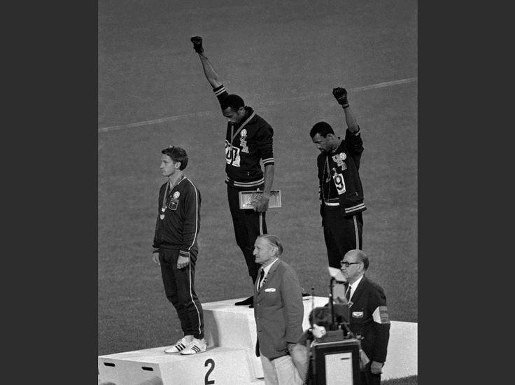 Tommie Smith et John Carlos lèvent leur poing contre le racisme et l'exclusion dont sont victimes les Afro-Américains aux Etats-Unis, lors des JO de 1968. A gauche de la HOTOS. 10 images qui ont marqué l'histoire