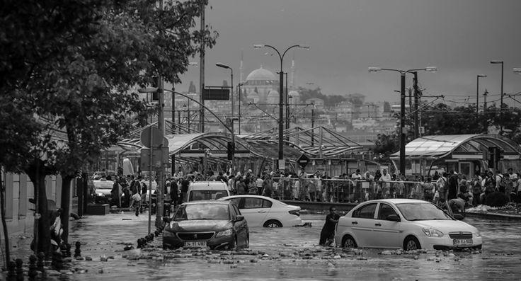 İstanbul'da sağanak ve fırtına: Taksim Venedik'e döndü, araçlar suda yüzdü