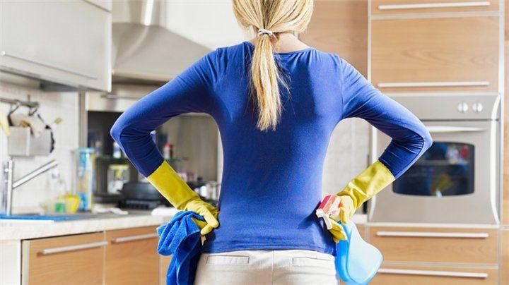Η κουζίνα είναι το κέντρο του σπιτιού, όπου συνηθίζει να κάθεται η οικογένεια. Βακτήρια, μικρόβια και μικροοργανισμοί συσσωρεύονται όχι μόνο στις επιφάνειές της, αλλά και στο εσωτερικό και το εξωτερικό των ντουλαπιών και μπορεί να