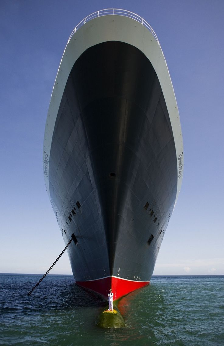 Amazing Picture of The Queen Mary 2 Cruise Ship and It's Captain - Southampton, UK