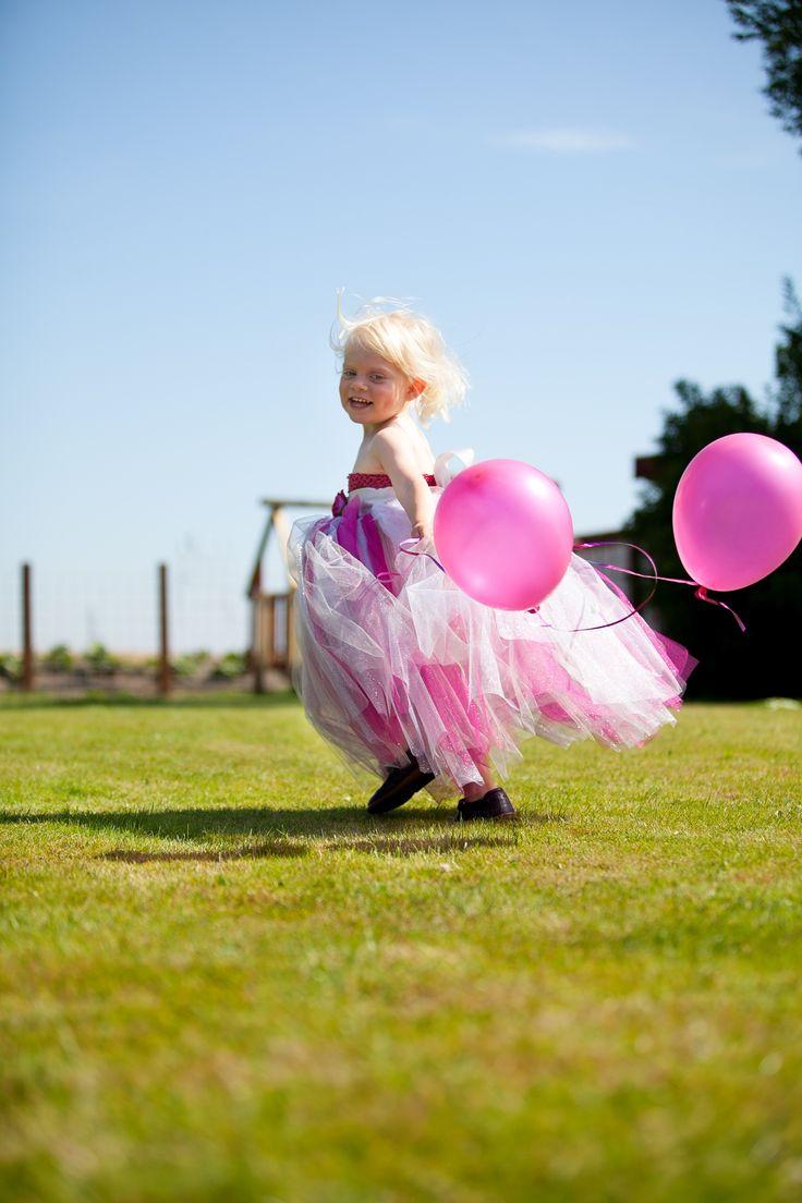 Special designet håndlavet tylkjole i pink og sølv til børn. Ideel til brudepigekjole. Made by MargretheDesigns