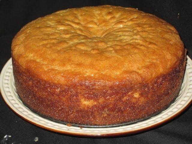 Un pastel grande de limon y almendras