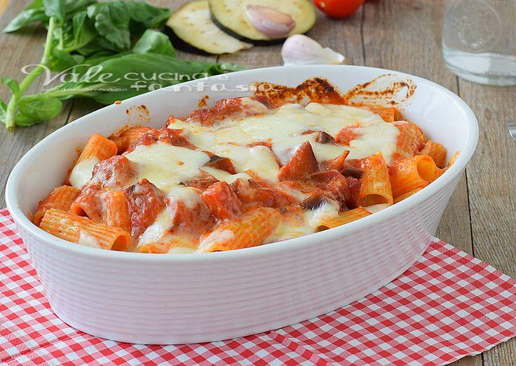 Pasta al forno con melanzane e mozzarella, un primo piatto ricco e gustoso, facile da preparare ideale come primo piatto della domenica.