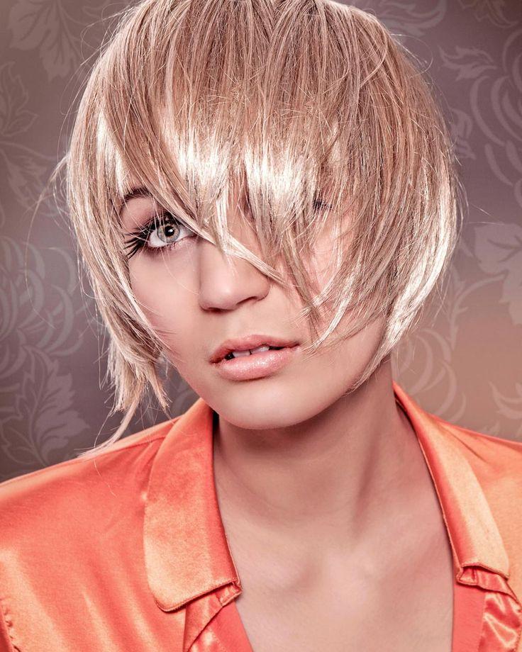 Bildergalerie mit frechen, pfiffigen und flippigen Kurzhaarfrisuren: Fransige blonde Kurzhaarfrisur - Das Haar ist knapp kinnlang geschnitten, die Spitzen sind fransig ...