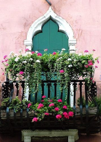 Gorgeous, Flowery Window Boxes That Will Light Up Your Home