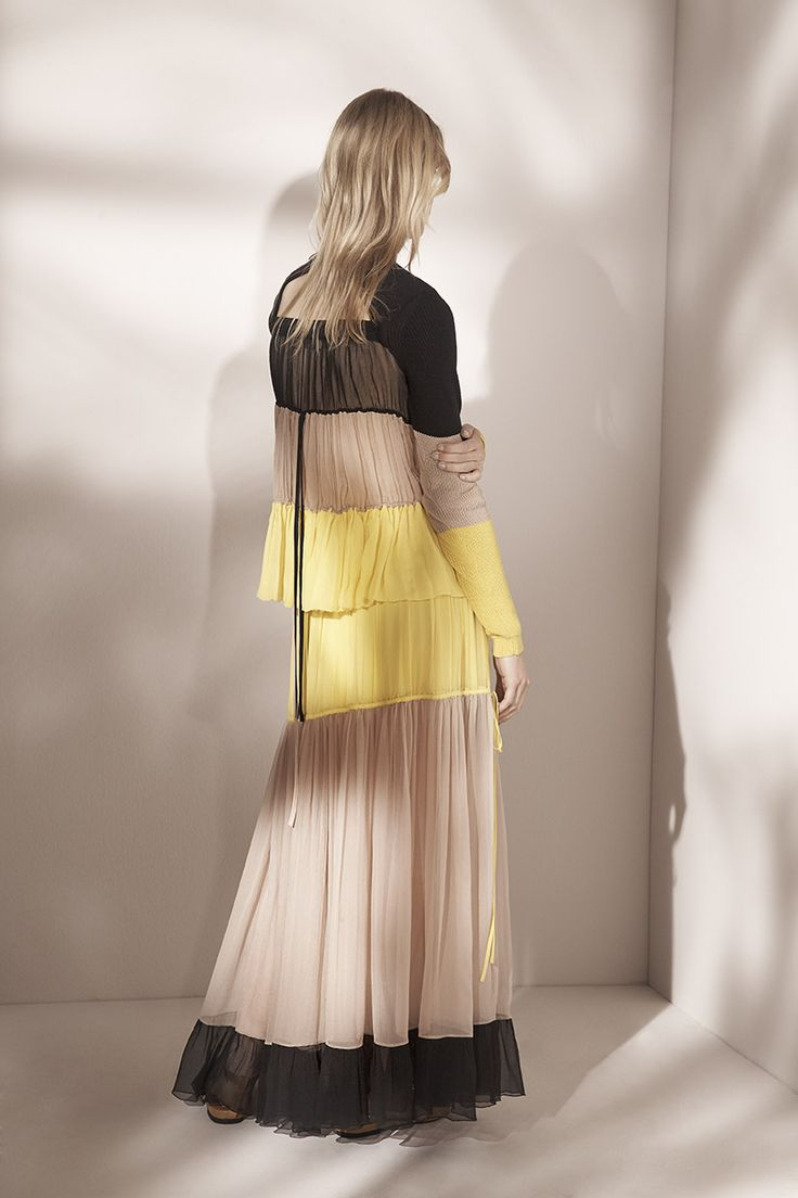 TO EMBRACE THE SUMMER FEELING WEAR COORDINATED SET WITH BRIGHT YELLOW ELEMENTS. THIS LOOK BY N°21 - MAXI SILL SKIRT & LIGHT COTTON KNIT PULLOVER WITH SILK BACK IS A PERFECT OUTFIT FOR CASUAL DAY IN THE CITY - AVAILABLE AT Di`BEL            CONTACT US    Haben Sie Fragen zum Artikel