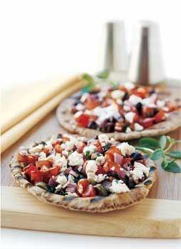 Deze heerlijke gegrilde pitabroodjes met feta, olijven en tomaat zijn een heerlijk voorgerecht deze kerst!