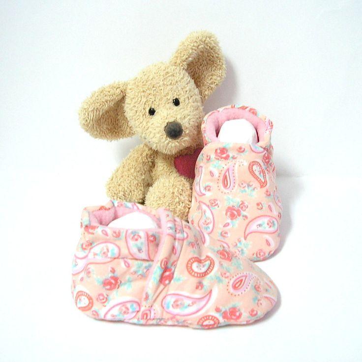 Chaussons bébé rose pêche à fleurs et motifs cachemire intérieur polaire 3/6 mois Tricotmuse : Mode Bébé par tricotmuse