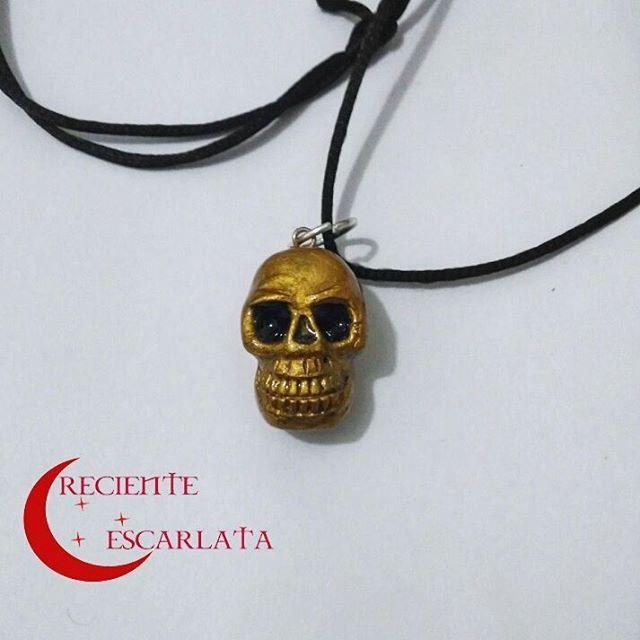 Cráneo dorado. Encargo Precio: 8.000$ Modelado en Porcelana fría con resina de gemelos y pintado con acrílicos. Pieza personalizada. Encargos disponibles. Whatsapp +57 319 277 21 13 #skull #necklace  #handmade #craeno #artesanal #crecienteescarlata  #manualidades  #miniescultura  #gold #atavío #collar #skullsandbones #modelado  #arte #huesos #goldenskull #craft #hechoamano