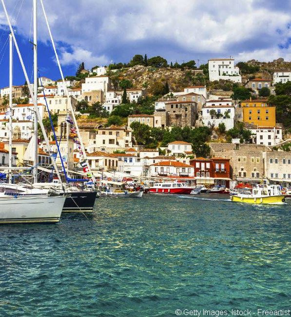 À quelques encablures du Péloponnèse, les regards se tournent vers l'île d'Hydra, dont la beauté éblouit le golfe Saronique.