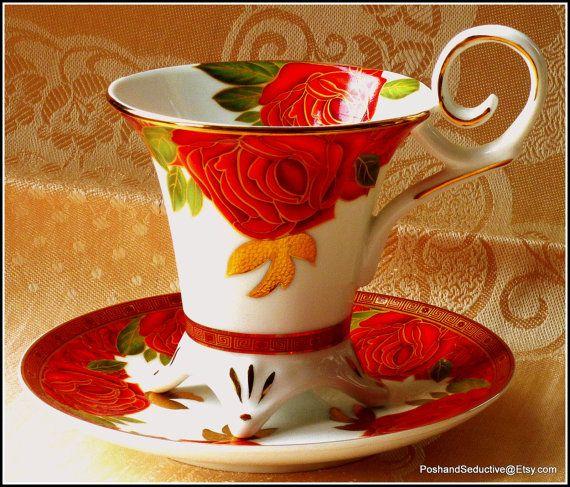 Exquise coudé tasse et soucoupe duo par Limoges Decor du Galion « Tellement Français » avec rich doré à motif de roses rouges à couper le souffle