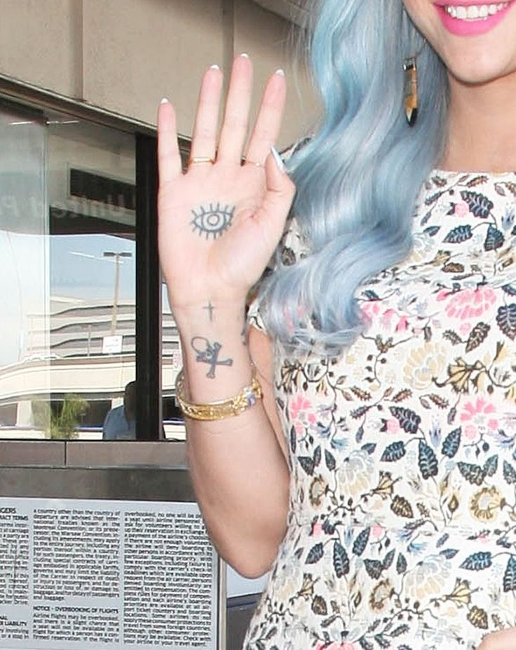 Kesha Photos Photos - Singer Kesha departing on a flight at LAX airport in Los Angeles, California on July 22, 2014. Kesha showed off her hand tattoo while waving to the cameras. - Kesha Catches a Flight at LAX