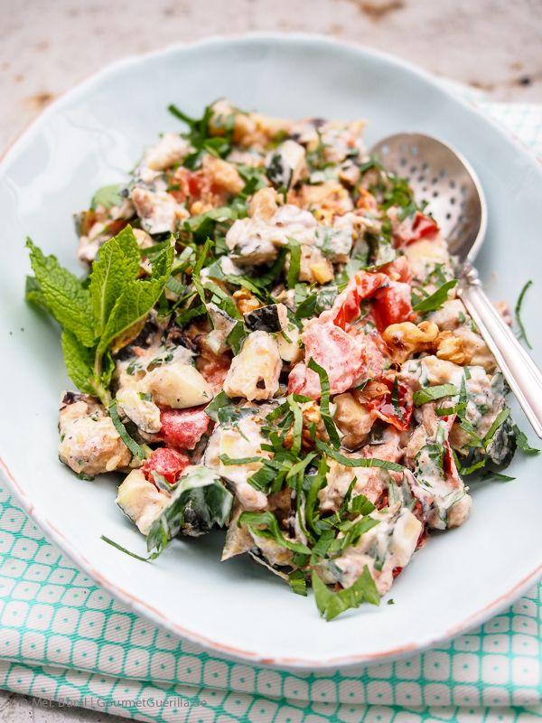Salat von gegrillter Zucchini mit Joghurt, Walnuessen und Minze  GourmetGuerilla.de