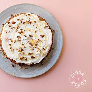 """Freekeh carrotcake met roomkaas """"icing"""" - Freekeh is een razend populair graan met een ietwat nootachtige, zeer licht gerookte smaak. Freekeh wordt groen geoogst, dus op de piek van de beste voedingswaarden, daarna in het kaf geroosterd en vervolgens gepeld. Gebroken freekeh lijkt op bulgur. Deze variant gebruik je voor het maken van pilavs, risotto-achtige gerechten, door soep en in salades, om groenten zoals paprika mee te vullen en als bijgerecht bij bijvoorbeeld lamsvlees en kip."""