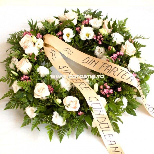 coroana funerara superba creata din trandafiri, lisianthus, alstroemeria, eucalipt, bouvardia si feriga.