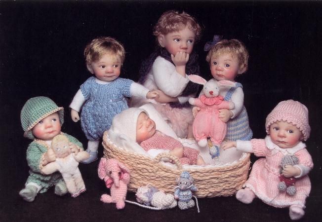 These dolls are dollhouse sized, 1:12 inch scale.  Unbelievable!  Cathrine Munière: poupées en minature. About 1:12 inch scale