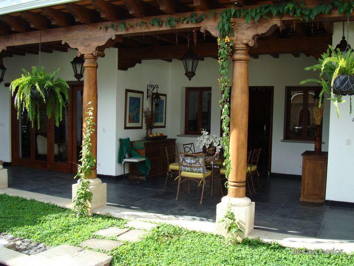 Fachadas de casas rusticas de dos pisos con balcon for Jardines de casas rusticas