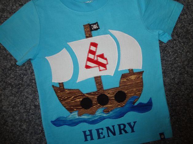 *Ahoi - Ihr Landratten!*  Tolles Geburtstagsshirt für kleine Piraten.  ...natürlich mit Zahl und Namen nach Wunsch!  Aus hochwertigen Baumwollstoffen wurde dieses Piratenschiff mit viel Liebe...