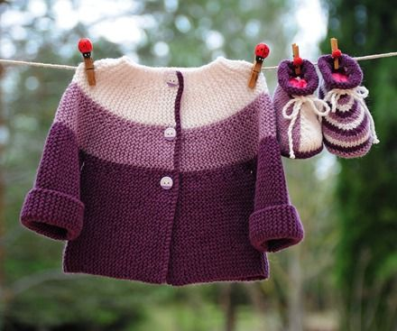 Layette tricotée entièrement à la main.  Travail soigné et délicat. finitions impeccables.  Les fils utilisés sont de qualité et spécialement adaptés à la peau fragile  - 17761000