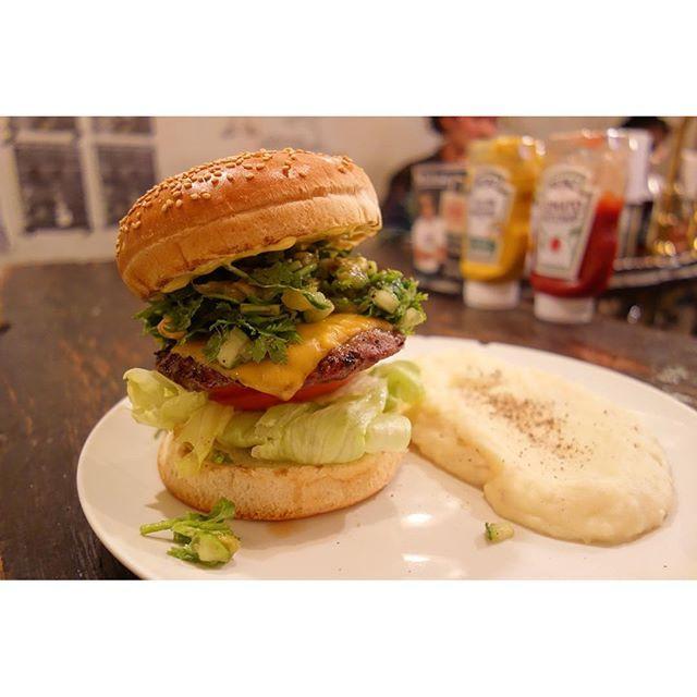 今年のパクチーソン食べ納めまた来年もよろしくお願いします(-)/ #meallog #food #foodporn #burger #burger_jp #ハンバーガー # #店員さんにはパクチソンの人で覚えられてる