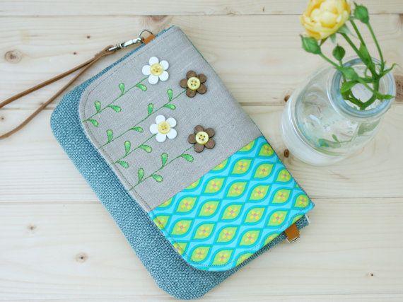Piccola borsa da polso con pattina decorata di CrisDeMarchiAtelier