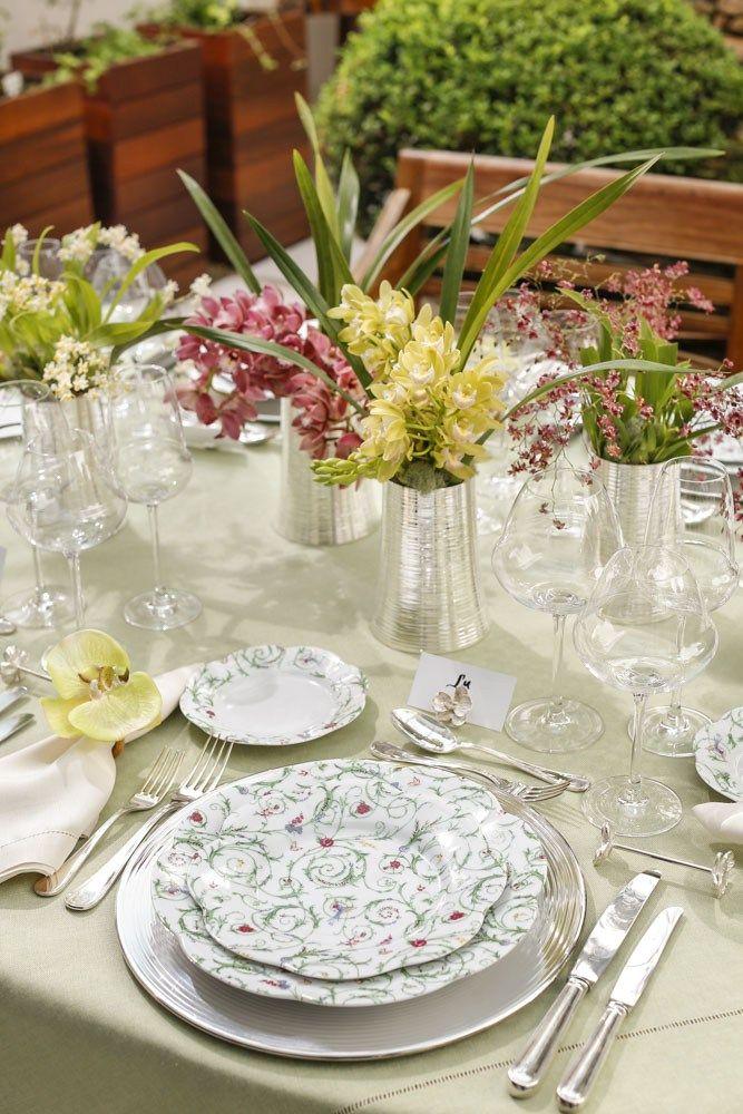Florindo o centro da mesa, com cores complementares às encontradas nas peças da coleção Colibri, escolhemos microrquídeas e orquídeas cymbidium nos tons de amarelo e fúcsia, que foram plantadas por Marcinho Leme, da Milplantas, nos lindos vasos em prata Spin da St. James, à venda na Luxe4Home.