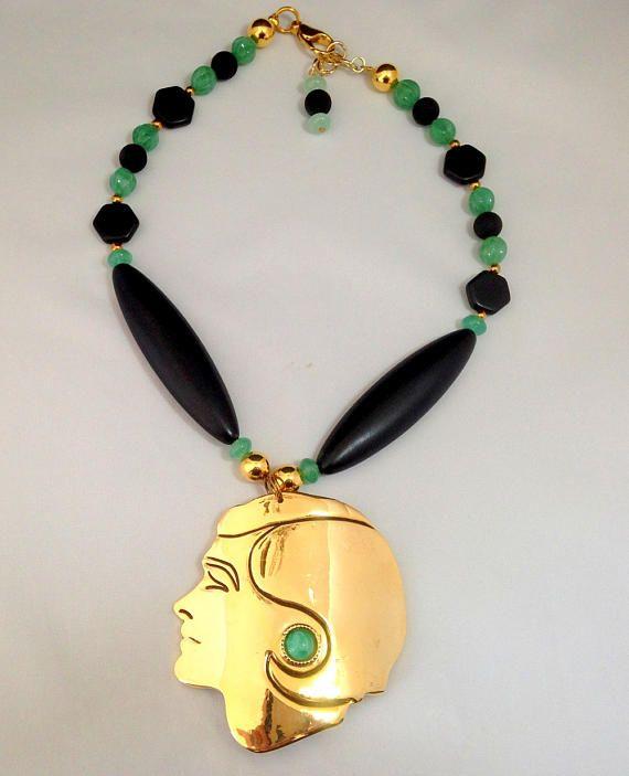 collier fabriqué à partir dune boucle de ceinture vintage en métal doré. éléments en verre et pâte de verre la tête est doublée cuir noir fermoir mousqueton pièce unique longueur 42 cm poids 136 gr