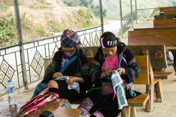 Women from two different tribes making clothes from hemp