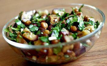 Салат с баклажанами, нутом и пряностями