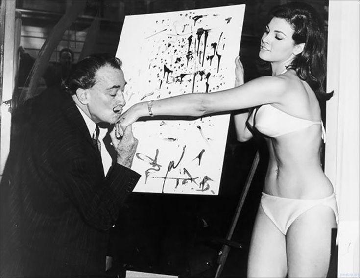 Сальвадор Дали целует руку Ракель Уэлш после окончания ее портрета, 1965