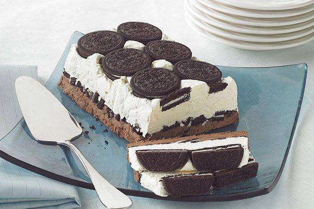 Postre helado de galletas con crema