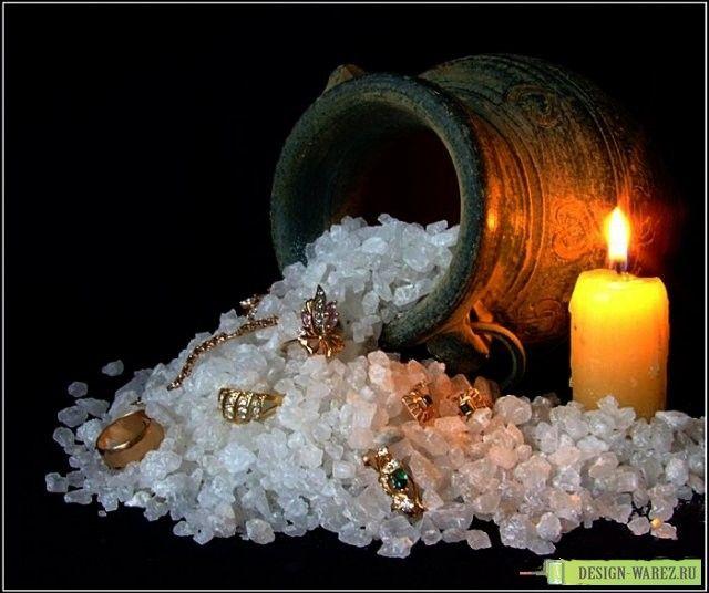 Ритуал на Новолуние на деньги.  Возьмите монетку или денежный талисман, положите талисман в соленую воду и над ней произнесите: «Вода смой все долги и всю бедноту, как уходит вода, так и уходит нужда»  Воду необходимо вылить, а монетку положить посреди трех зажженных красных свечей и произнести: «Как растет свет Луны, как горит свеча, так и ты светить мой кошелек, Богатство приноси, радость дари!»  После этого талисман носите в кошельке.  Другие ритуалы:  #новолуниеритуалы #ритуалыденьги…
