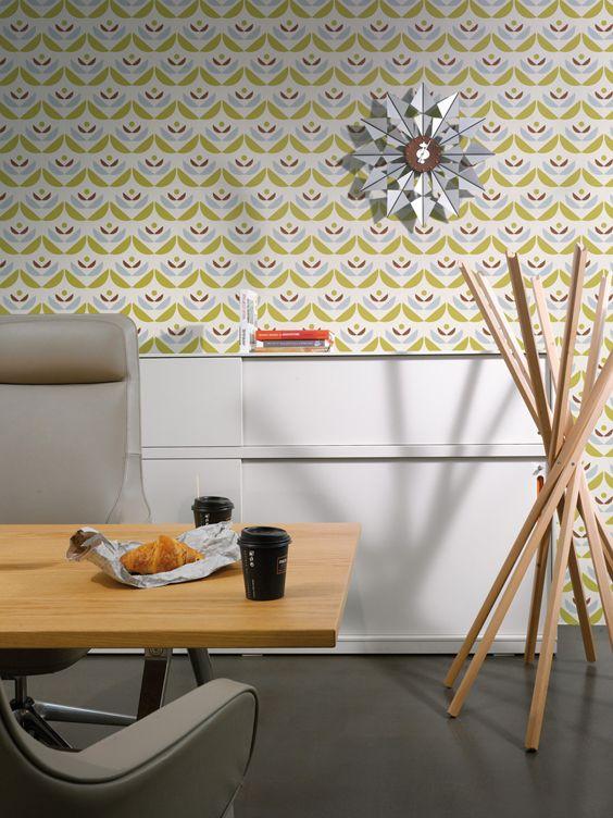 Lavmi Blue från Intrade. En tuff kollektion i retro-stil i härliga färger och med inspiration hämtad från vår närmiljö. Det är bl a mönster från växtriket med blad och kvistar i en modern fri tolkning och fina grafiska mönster. Hitta tapeten hos oss - Colorama Helsingborg/Berga & Ängelholm.#färg#tapet#renovering#colorama#coloramaangelholm#coloramahelsingborg#kök#intrade#lavmiblue
