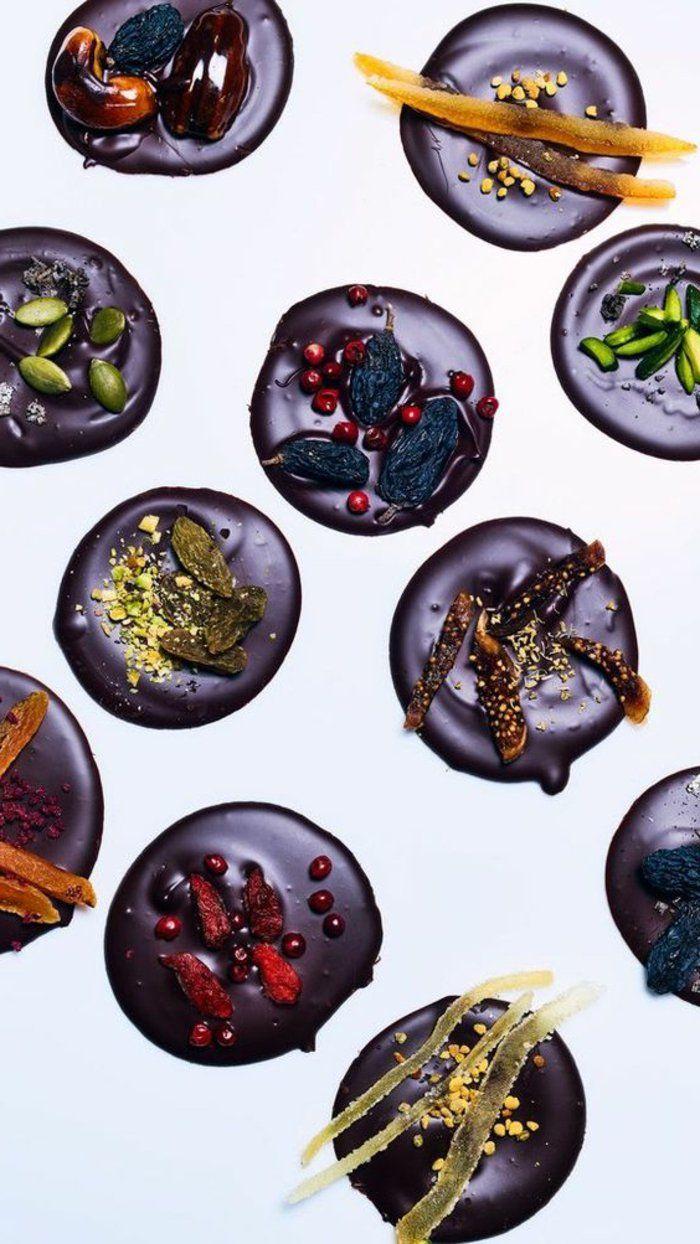 mendiant chocolat, figues séchées, chocolat noir, tranches de fruits