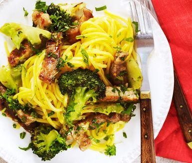 Pasta med karré och broccoli som får extra sting av chili och vitlök. Köttet strimlas och får en fin färg efter att det brynts i en het panna. Därefter får det sjuda tillsammans med buljong och basilika innan en rykande het fläskkarré serveras med broccoli, färsk persilja och nykokt pasta.