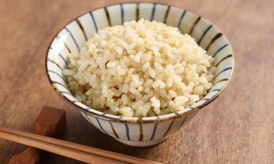 玄米を炊くのは大変と思っている人は多いのではないでしょうか。確かに普通は圧力鍋や玄米が炊ける炊飯器でないと上手く炊けませんね。でも、水に浸さなくても良く、簡単に炊ける方法があるのです。炊く前にちょっとだけ煎るだけの、そんな簡単な玄米の炊き方をご紹介します。
