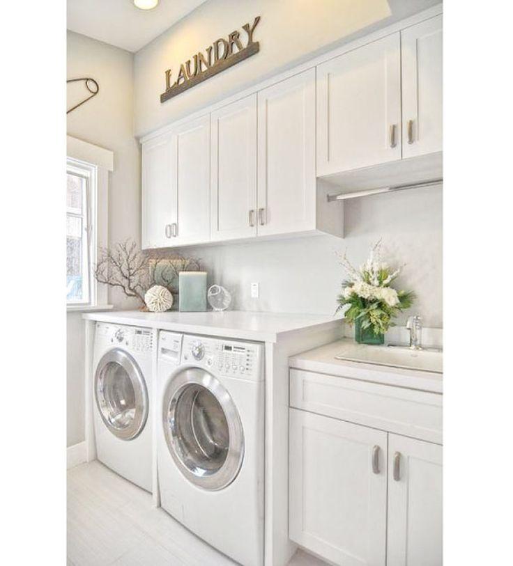 Toda branca, esta lavanderia é super organizada