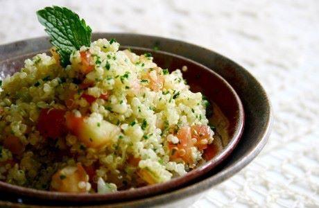 Ingredientes:  - 1 xícara de chá de quinoa real em grão  - 1 tomate médio em cubos sem peles e sementes  - 1 cebola média picada  - 1 dente de alho picado  - 3 colheres de sopa de salsinha picada  - 2 colheres de sopa de hortelã picada  - Raspas e sucos de 1 limão  - 2 colheres de sopa de Azeite de Oliva  - 1 colher de chá de sal