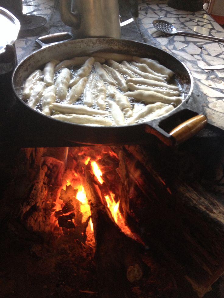 Fritando biscoitos de polvilho no fogão à lenha na Praia de Pedras - Chapada dos Veadeiros/Goiás/Brasil.