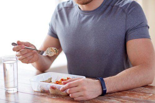 uomo che mangia ridurre il girovita