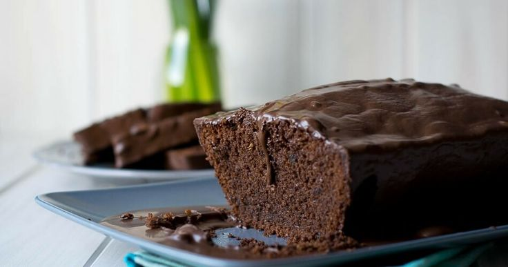 Dieser saftige Schokoladenkuchen mit Schokoglasur ist super lecker und besonders fluffig. Mit Eischnee & Mandeln wird der Kuchen in der Kastenform gebacken.