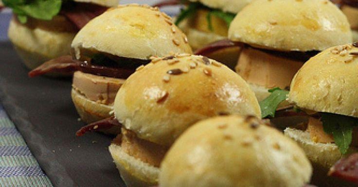Mini burgers foie gras & magret fumé 650 g de farine T55 18 cl de lait 15 cl d'eau 1 oeuf + 1 jaune pour dorer 30 g de beurre 1 sachet de levure de boulanger 1 cuillère à café de sel 1 grosse cuillère à soupe de miel 4 cuillères à soupe de graines de sésame