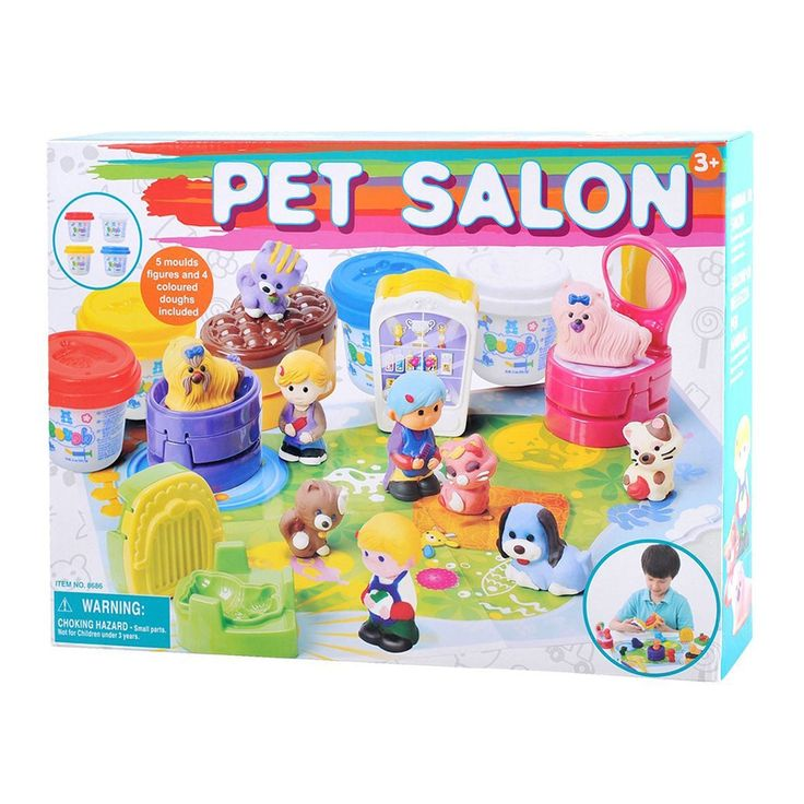 Geef je favoriete huisdieren een knipbeurt in deze kleiset van Playgo. Vorm met de verschillende vormpjes de dieren en hun verzorgers. Plaats ze vervolgens op de stoel of voor de spiegel en breng de denkbeeldige haren in model. De set bevat 4 kleuren klei, 5 vormpjes en accessoires van stevig kunststof en een handige speelmat. Afmeting: verpakking 38 x 28 x 7 cm - Playgo Kleiset Huisdieren