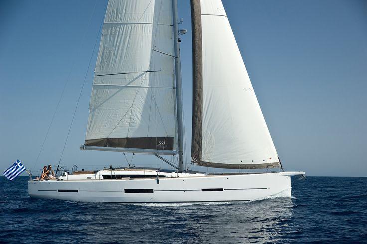L'ammiraglia Dufour 560 Grand'Large definisce gli standard più elevati di estetica: lo yacht rappresenta l'eleganza moderna, il lusso e il dinamismo.