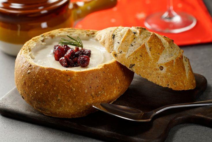 Empieza una deliciosa cena navideña o de año nuevo abriendo el apetito con esta deliciosa crema de queso Brie con queso crema y un toque de arándanos deshidratados. Preparada con vino blanco, nuez y romero.
